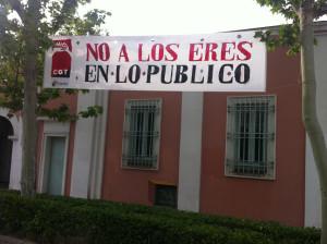 """Pancarta """"No a los EREs en lo Público"""" en Valentín Beato"""
